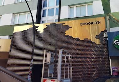 Schilder Hamburg für den Nachtclub Brooklyn auf st pauli an der Aussenfassade