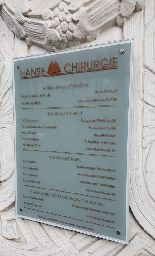 Schild für die Hansechirurgie in Hamburg